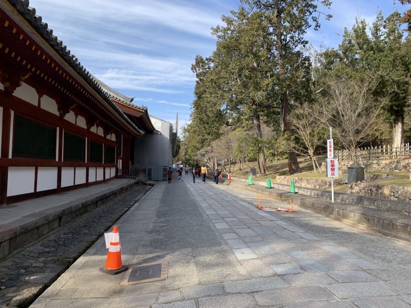 東大寺大仏殿の東回廊と平行に走る道