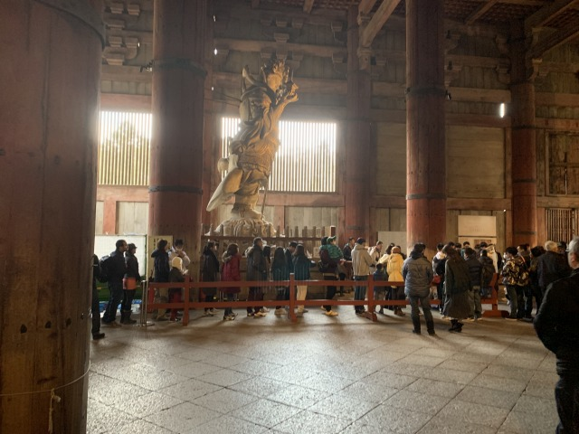 東大寺大仏殿の柱くぐりの待ち時間