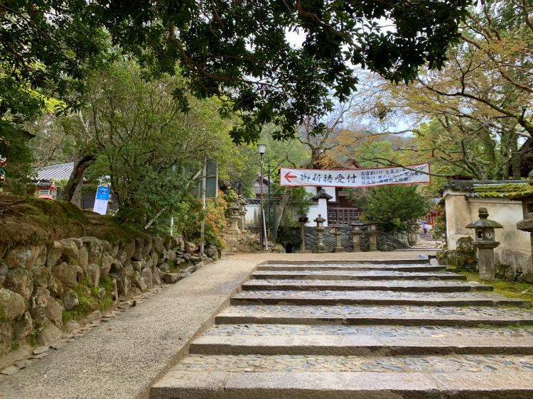 水谷九社巡りの受付の御祈祷所への道